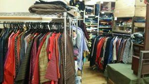 着物を見やすく並べました 羽織やコート類はハンガーラックに。300円羽織もありますよ♪